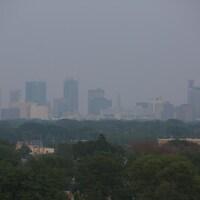 Le centre-ville de Winnipeg vu de loin dans un brouillard.