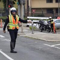 Des policiers dirigent la circulation.