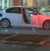 Une voiture criblée de balles.