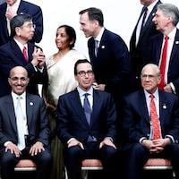 Des hommes et femmes politiques sont assis ou debout et discutent.