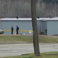 Deux agents de sécurité montent la garde près d'un bâtiment à Clermont.