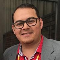 Photo d'un homme autochtone portant des lunettes noires.