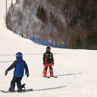 Des skieurs et des planchistes.