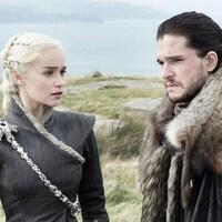 L'actrice et l'acteur portant les costumes de leurs personnages de la série se trouvent au bord d'une étendue d'eau.