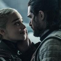 Daenerys Targaryen et Jon Snow se regardent.