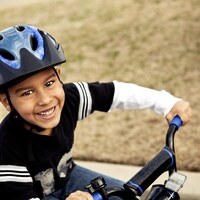 Un garçon en vélo.