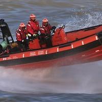Une embarcation pneumatique sur l'eau à vitesse rapide.