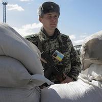 Un soldat monte la garde.