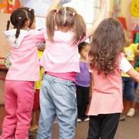 Des enfants font de l'exercice dans une garderie.