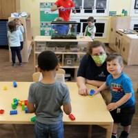 Des enfants sont en train de jouer dans une garderie.