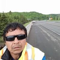 Égoportrait d'un homme en train de marcher sur une route principale.