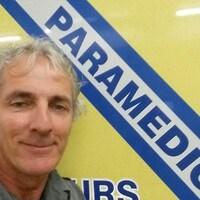 Gaston Berthelot devant un véhicule ambulancier