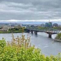 Le pont Alexandra et au loin, le musée canadien de l'histoire.