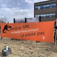 Une pancarte portant l'inscription : Gazoduc GNL en Abitibi-Témiscamingue, ça passe pas.