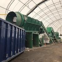 Des employés travaillent dans les installations de traitement mécano-biologique et de compostage.