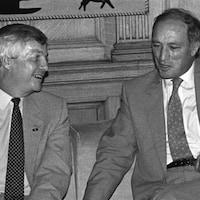 Peter Lougheed en compagnie de Pierre Elliot Trudeau pour finaliser un accord sur le prix du pétrole