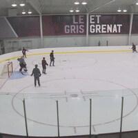 Des joueurs de hockey des Gee-Gees à l'entraînement..