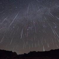 Un ciel rempli d'étoiles filantes.