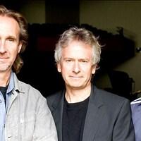 Les trois musiciens posent pour la caméra.