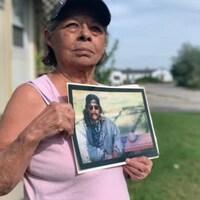 La soeur de Dudley George tient sa photo dans ses mains.