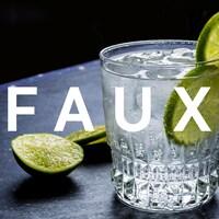 Un verre de gin-tonic agrémenté d'une lime