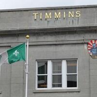 Le drapeau GISH flotte devant l'hôtel de ville de Timmins.
