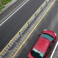 Une voiture sur l'autoroute 50 dont la chaussé est séparée par des câbles.