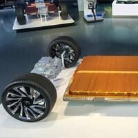 La batterie Ultium de GM, présentée dans un salon. Il s'agit d'une immense plaque placée entre deux essieux.