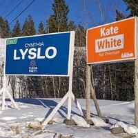 Des affiches du Parti libéral, du Parti du Yukon et du Nouveau Parti démocratique devant une bute enneigée, le 18 mars 2021.