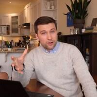 M. Nadeau-Dubois est chez lui. Il regarde la caméra, son ordinateur portable posé sur la table de sa cuisine.