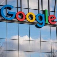 La devanture d'un édifice où figure le nom de Google.