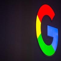 Le logo de google projeté sur un mur.