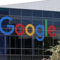 Le logo de Google est inscrit sur des fenêtres du siège social de Google.