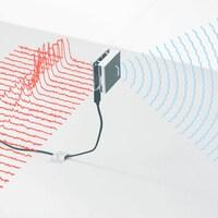 Une capture d'écran montrant la main d'une personne devant un capteur carré. Le capteur projette des ondes bleues vers la main.