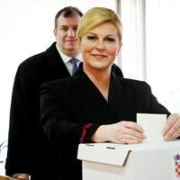 La présidente sortante croate, Kolinda Grabar-Kitarovic, dans un bureau de vote.