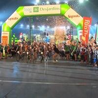 Des cyclistes franchissent le fil d'arrivée.