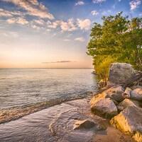 Vue sur l'eau au coucher du soleil