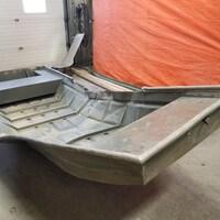Un bateau en aluminium endommagé.
