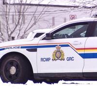 Une voiture de la Gendarmerie royale du Canada dans la neige.
