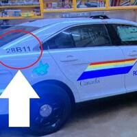 Une voiture de police avec une flèche qui montre le faux numéro d'identification du véhicule.