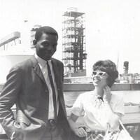 Photo en noir et blanc du couple devant un port.