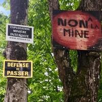 Des panneaux sur lesquels sont écrits des slogans indiquant une opposition aux mines.