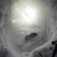 Une grotte creusée dans la neige.
