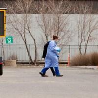 Un travailleur de la santé qui accompagne un patient.