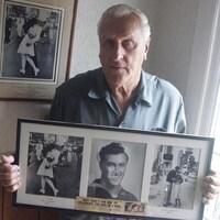 George Mendonsa, tient une copie de la célèbre photo d'Alfred Eisenstaedt où il embrasse une infirmière, le 14 août 1945, à Times Square, à la fin de la Deuxième Guerre mondiale. Mendonsa est décédé le dimanche 17 février 2019, il avait 95 ans.