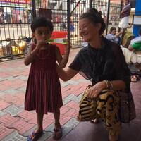 Une femme sourit à un enfant indien.