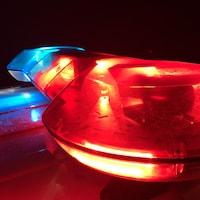 Les gyrophares d'une voiture de police sont allumés la nuit.