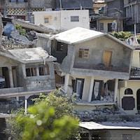 Des maison et édifices ont été fortement endommagés par le séisme en Haïti.
