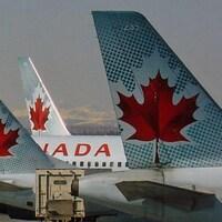 Des avions d'Air Canada stationnés à l'aéroport