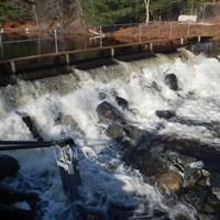 De l'eau coule des vannes du réservoir